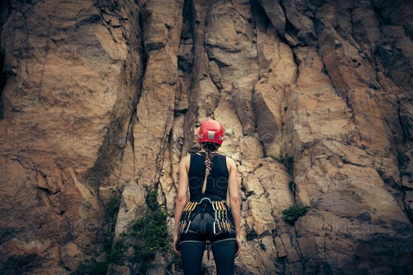 Kletterausrüstung Kaufen : Frau mit kletterausrüstung vor einem berg 20160718 cinestock
