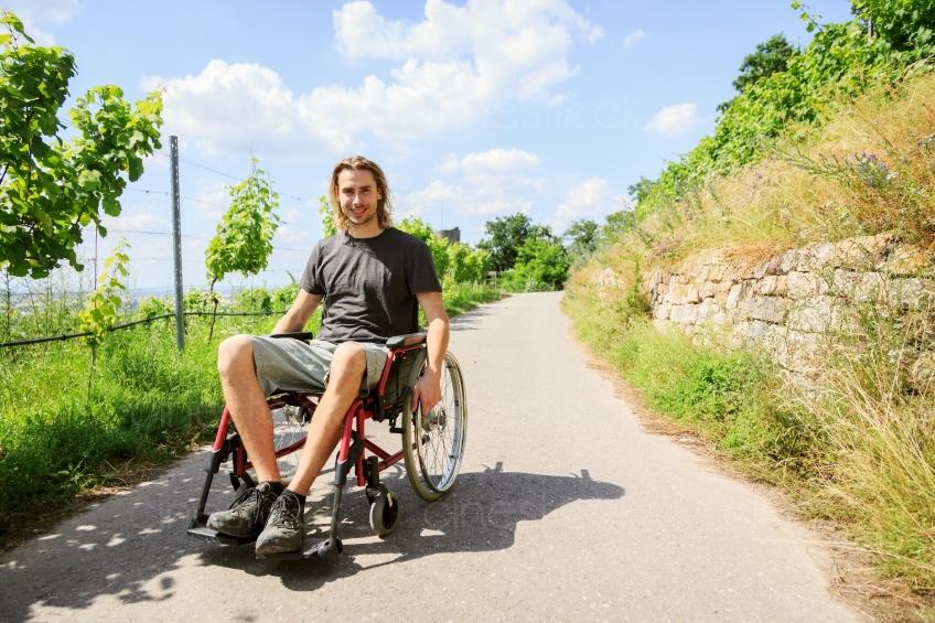 Mann im Rollstuhl unterwegs 20160718 - Cinestock