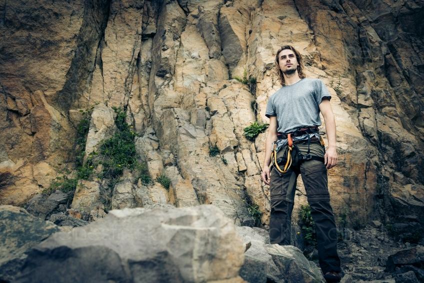 Kletterausrüstung Kaufen : Mann mit kletterausrüstung vor einem berg 20160718 cinestock