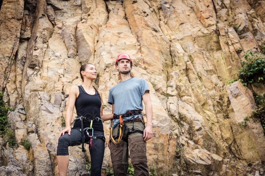 Kletterausrüstung Kaufen : Pärchen mit kletterausrüstung vor einem berg 20160718 cinestock