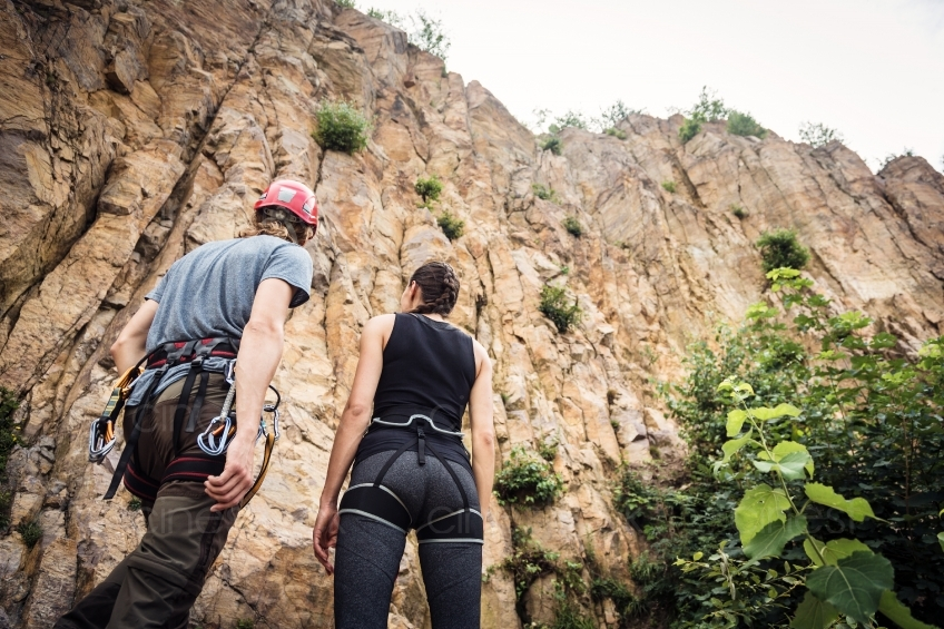Kletterausrüstung Kaufen : Pärchen mit kletterausrüstung vor einem berg cinestock