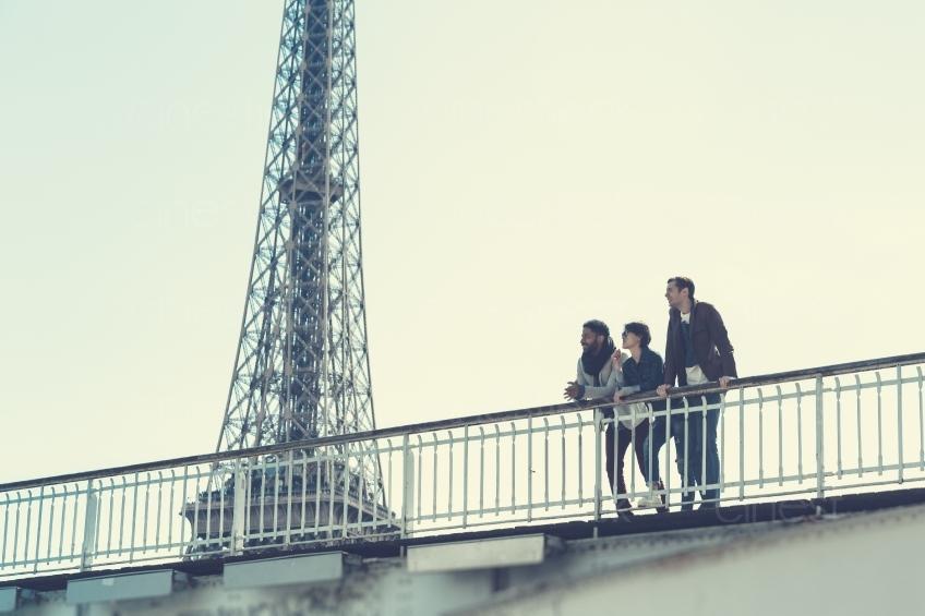 Zwei Männer und eine Frau auf einer Brücke am Eiffelturm